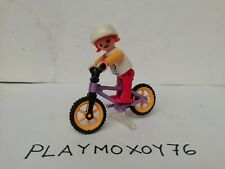 PLAYMOBIL. TIENDA PLAYMOXOY76. FIGURA DE NIÑA EN BICICLETA.