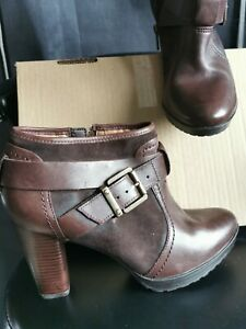 Clarks Artisan Brown Leather Ankle Boots Size 6D.new