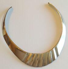 collier vintage tour de coup argenté rigide déco central en relief  A05
