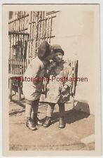 (F11765) Orig. Foto kleine Kinder vor dem Haus, Bruder küsst Schwester 1920er
