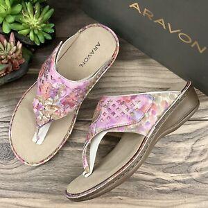 NIB Aravon 8D Wide Cambridge Thong Sandal Flip Flops Pink Floral Leather