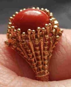 Damen Ring mit einer kräftig roten Koralle, 585er Gold