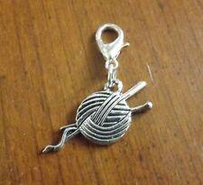 charms argentée boule de laine et aiguilles à tricoter 26x13 mm