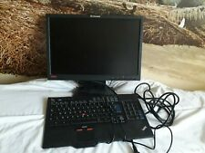 Ecran ordinateur 19 pouces Lonovo ThinkVision ainsi qu un clavier