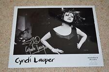 CYNDI LAUPER signed original Autogramm 20x25cm auf altem PRESSEFOTO True Colours