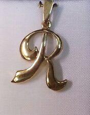 Bonito colgante de letra R en Oro de 18 quilates. Peso 1,55 gr.