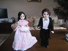 Un par de 14 in (approx. 35.56 cm) suave plástico muñecas, todos vestida para salir bailando