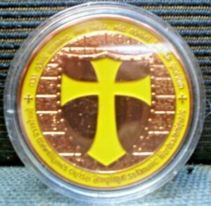 1 X  BRASS KNIGHTS TEMPLER ST GILL V 4.5 CM TOKEN WITH YELLOW CROSS INCASED