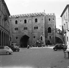 FABRIANO c. 1955 - Autos Palazzo del Podestà Italie - Négatif 6 x 6 - ITAL 242