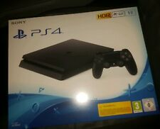 Sony PlayStation 4 Slim 1TB TO Schwarz Spielkonsole VR Ready + 2 gratis DVDs NEU
