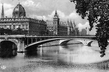 Postcard Europe France Paris La Conciegerie et le Tribunal de Commerce unposted