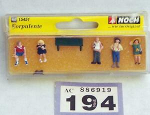 L194 Noch 15451 passengers standing and sitting HO/ 00 scale
