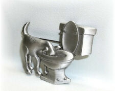 JJ VINTAGE DOGGY DRINKING FROM THE TOILET COMICAL PEWTER BROOCH PIN