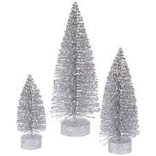 Dekorierte Weihnachtsbäume in Silber