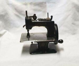 VINTAGE SINGER CHILDS SEWING MACHINE MODEL 20 - 10 Black