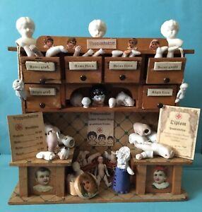 Alter kleiner Stand Kaufmannsladen mit Blechschildern, als Puppendoktor