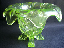 Vase ART DECO verre jaune ouraline 4 pieds et bord dentelé recourbé