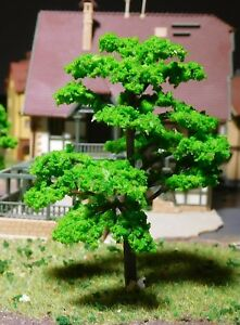10 mittelgrüne Bäume, mit leicht gefächerten Blättern, 70 mm hoch
