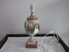 Schöne große Meissen Lampe mit Blumengirlanden und Watteau-Medaillons
