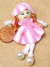 1:12 Scala Rosa & Bianco Bambola di Pezza Con Legno Testa Tumdee Casa Accessorio