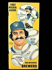 1982 MILWAUKEE BREWERS BASEBALL MEDIA GUIDE WITH ROLLIE FINGERS  & ROBIN YOUNT