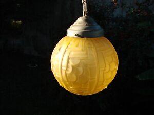 GLOBE, SUSPENSION ART DECO.   Boule  verre Pressé, Moulé . Années : 1925 / 1930.