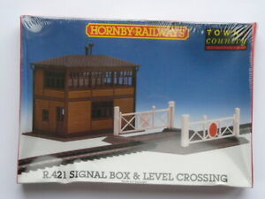 UNOPENED BOXED HORNBY 00 GAUGE R421 SIGNAL BOX & LEVEL CROSSING