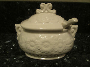 Vintage Bone White Glazed Ceramic Lidded Gravy Boat and Laddle with Daisy Japan