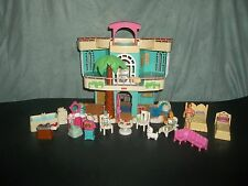 FISHER PRICE SWEET STREETS BEACH HOUSE WITH PEOPLE AND FURNITURE* BEDS*FAMILY