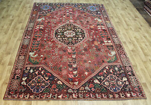 AN ATTRACTIVE PERSIAN SHIRAZ RUG WITH GREAT DESIGN AND SUPERB COLOUR 295 X 205CM