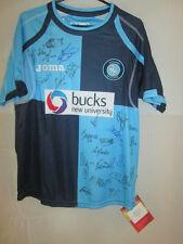 Wycombe 2009-2011 Squad Firmado Home Football Shirt Con Coa BNWT / 9704