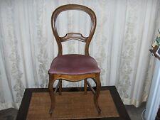 Chaise style Louis Philippe assise en tissu rose sombre, bords cloutés
