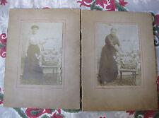 2 Photographies anciennes jeune femme & vieille femme devant composition fleurs