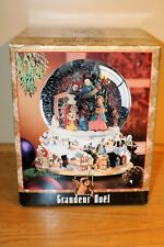 GRANDEUR NOEL Musical Water Globe Holiday Scene Christmas Carolers