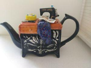 NEU Englische Teekanne, als Tisch mit Nähmaschine und Nähutensilien
