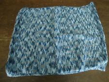 COUVERTURE - TONS BLEUS - dimensions 45 * 60 cm - polyester - tricotée à la main