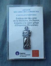 PIN TURISMO. EMPÚRIES. ASCLEPIOS DIOS GRIEGO DE LA MEDICINA. Cajita original