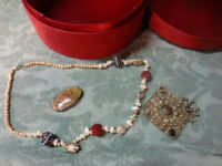 boite a boutons ,a bijoux  rouge ,tissus velours  avec collier et broches artisa
