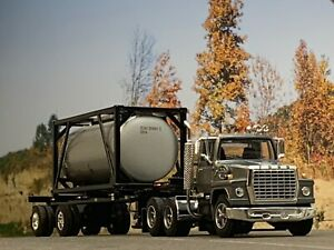 1/64 DCP GRAY FORD LN 9000 W/ CONTAINER TRAILER