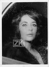 ELIZABETH TAYLOR Voiture Vitre Pluie Paris Cleopatre Star Orly Photo 1960