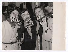 PHOTO DE PRESSE Curiosité Étrange Gâteau Louisette Ginette Arlette 1950 Drôle