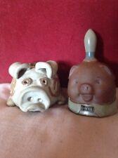 Deux studio pottery porcs, une tirelire éventuellement tremar et l'autre une cloche