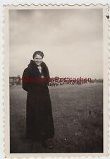 (f10389) ORIG. photo femme avec avion-badge le manteau, flugplatzfest? 1934