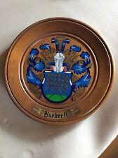 Assiette de décoration avec motif blason peint