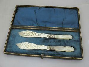 PAIR OF VICTORIAN SILVER PLATE AND CARVED MOTHER OF PEARL BUTTER SPREADERS CASED