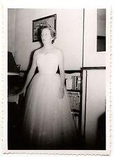 Femme en robe de soirée blanche -  photo ancienne an. 1955