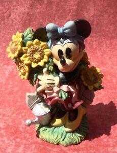 Minnie tient un bouquet de fleurs. Céramique polychrome