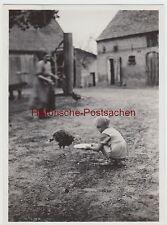 (F13330) Orig. Foto Kind Ursula füttert Truthahn a.d. Hof i. Landsberg / Warthe