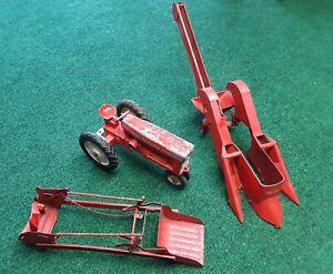 Vintage CARTER TRU SCALE TRACTOR w/ MOUNTABLE 2 ROW CORN PICKER & LOADER 1/16