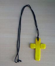 Geel glazen kruis aan zwart snoer